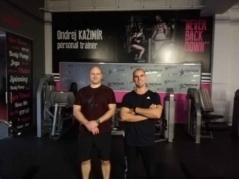 Osobný tréner Ondrej Kažimír so spokojným klientom v Košickom Naytliluse