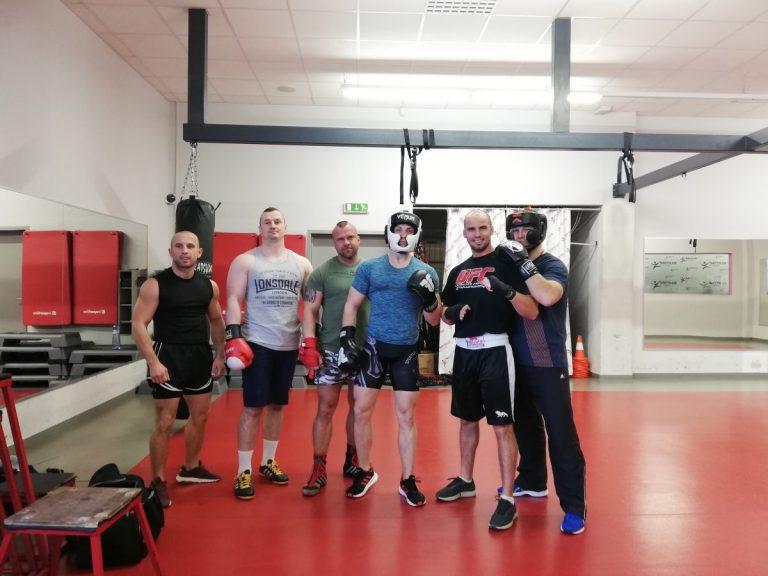 Partia pripravená na tréning boxu s osobným trénerom